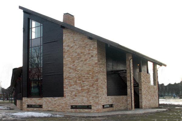 фасад дома с камнем