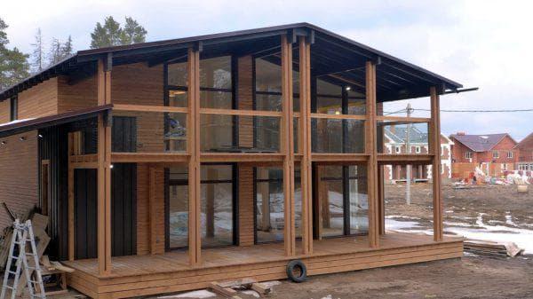 деревянный дом с панорамным остеклением
