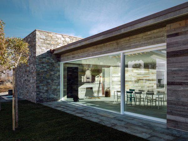 каменный дом с панорамным остеклением