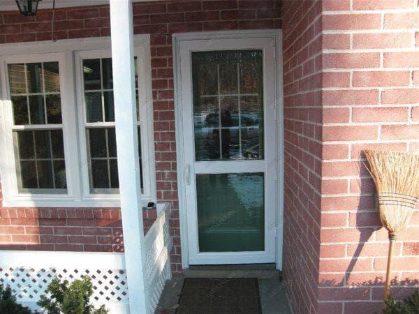 входные пластиковые двери для загородного дома со стеклом