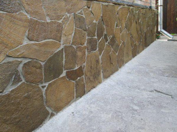 облицовка цоколя диким камнем