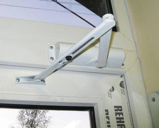 нижний доводчик на металлическую дверь