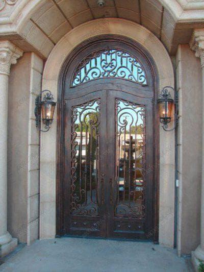 входные кованные двери для загородного дома со стеклом