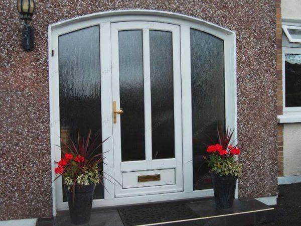 входные металлопластиковые двери для загородного дома со стеклом