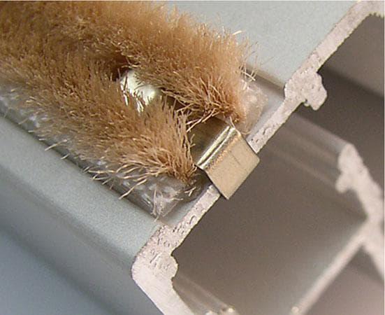 установка уплотнителя для дверей щёточный