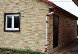 отделка фасада частного дома панелями из поливинилхлорида