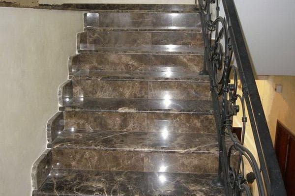 лестница в доме из керамогранита на фото