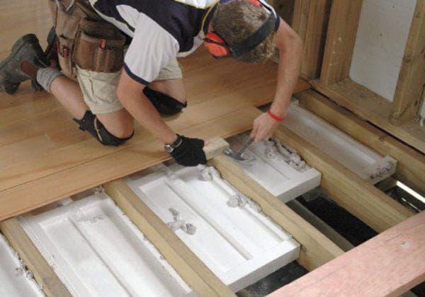 Чем утеплить пол в деревянном доме снизу