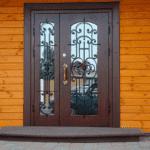 Красивые входные двери со стеклом для загородного дома