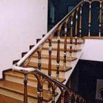 Удобные и красивые деревянные поручни для перил