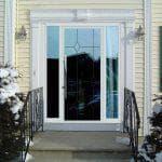 Стоит ли устанавливать входную пластиковую дверь со стеклом