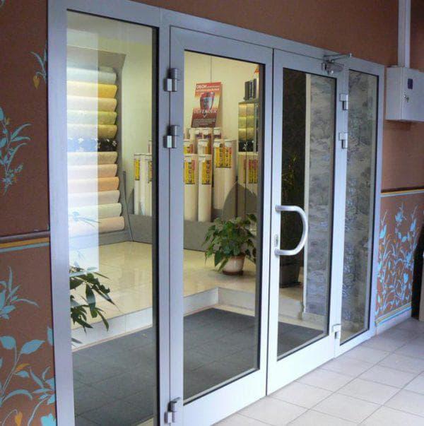 распашные алюминиевые входные двери со стеклом