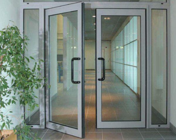 маятниковые алюминиевые входные двери со стеклом