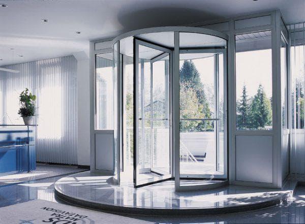 револьверные алюминиевые входные двери со стеклом