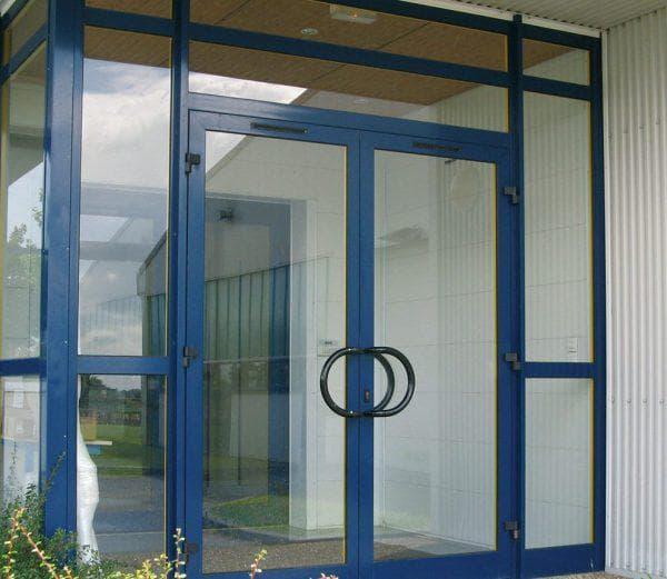 алюминиевые входные двери со стеклом от Alumil