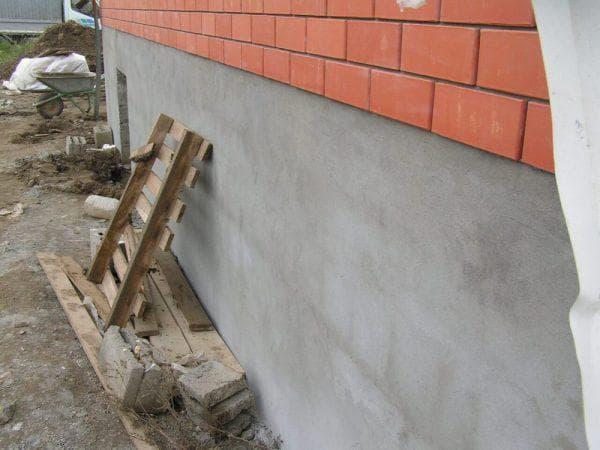 отделка цоколя с помощью бетона