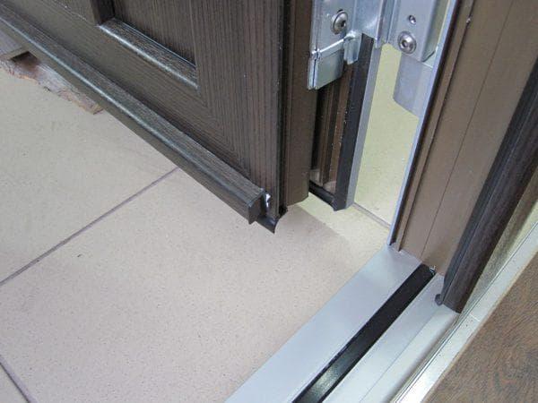 пластиковый уплотнитель для входных металлических дверей