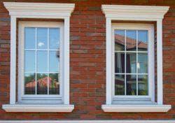 обрамление окон на фасаде дома