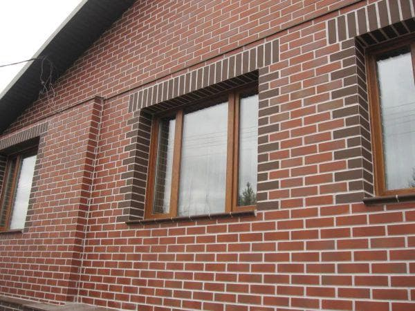 обрамление окон на фасаде кирпичного дома