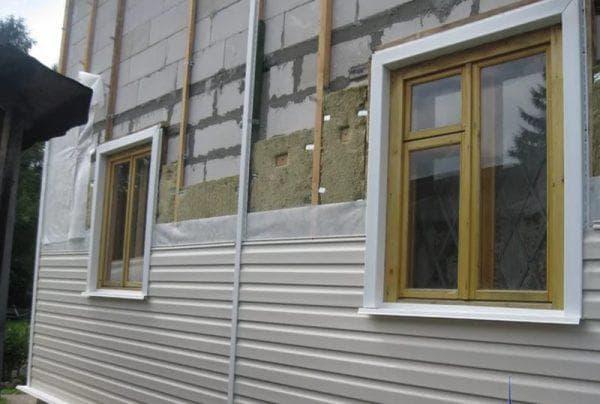 отделка сайдингом фасада дома из газобетонных блоков